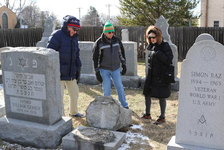 Megrongált sírok Rochester város temetőjében, 2017. március 3-án