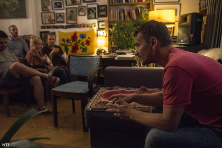 Hajdu Szabolcs beszél Ernelláék Farkaséknál című filmjének premier előtti lakásvetítésén 2016. szeptember 19-én budapesti otthonában amely a Karlovy Vary Filmfesztiválon két díjat nyert film forgatási helyszíne is volt.