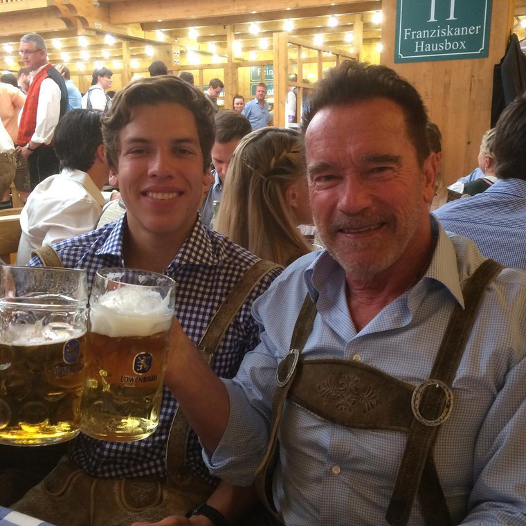Joseph Baena és Arnold Schwarzenegger.