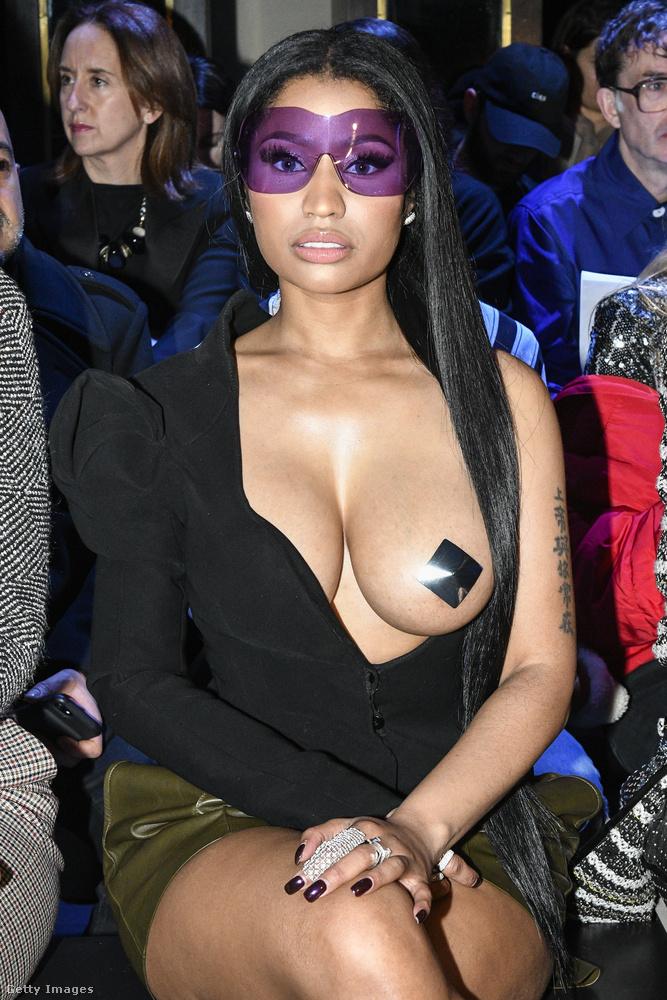 Minaj pedig a Haider Ackermann-bemutatót tekintette meg, részben egy szál mellpitykében, egyebütt azért önmérsékletet tanúsítva.