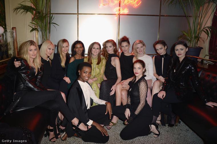 Julianne Moore-ral és egy focicsapatnyi modellel rendezett eseményt a párizsi divathéten a L'Oréal, mert ha ők nem rendeznek ilyen fotózási alkalmakat, akkor ön még a végén nem fog elég sampont venni.