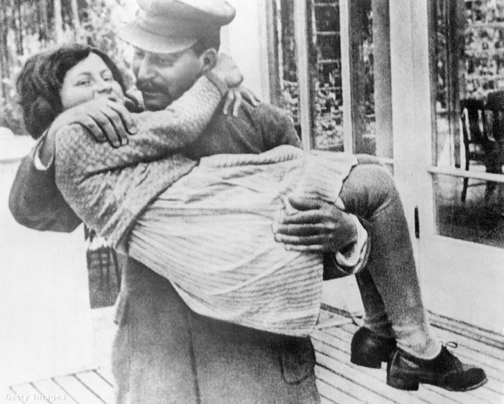 Szvetlana Allilujeva, Sztálin második házasságából született lánya 1937-ben, apja karjában