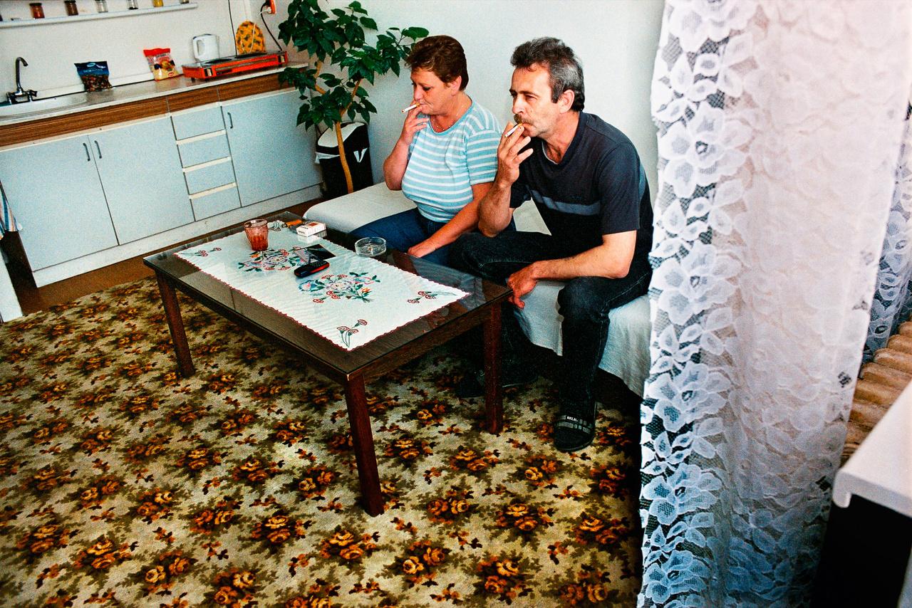 Daniela és Ladislaw cigizik a bérelt egyszobás lakásukban Bazinban.