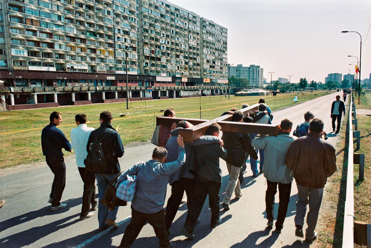 Hatalmas feszületet cipelnek a férfiak Pozsony külvárosában.
