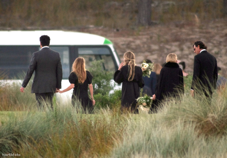 és hogy egy temetésen támogatják egymást