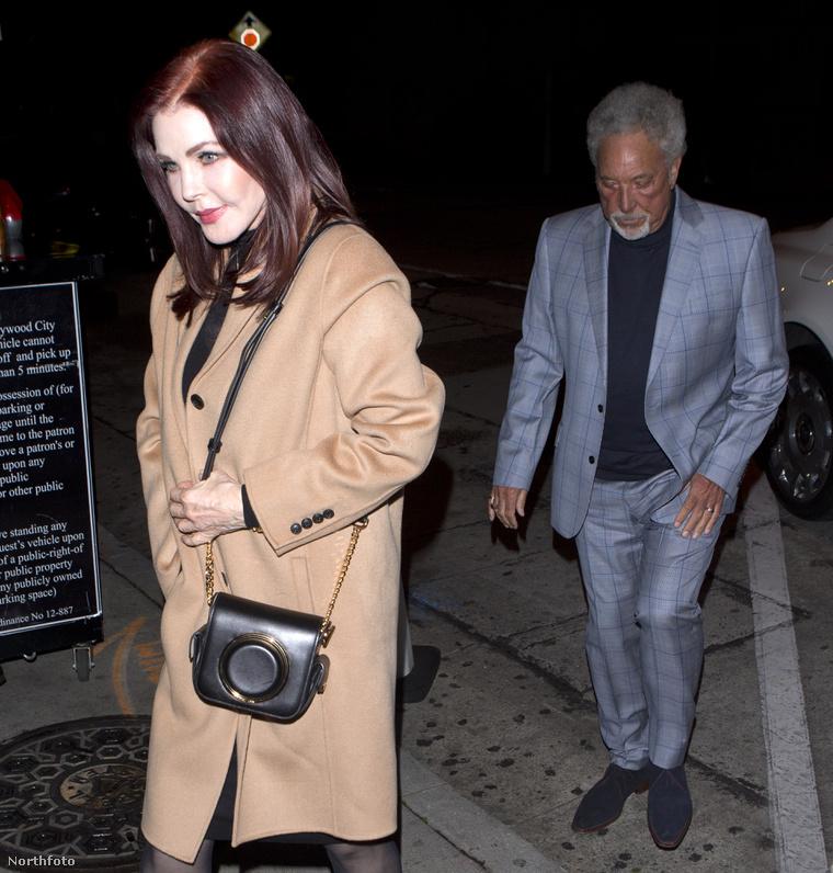 Priscilla Presley és Tom Jones egy légtérben tartózkodik.