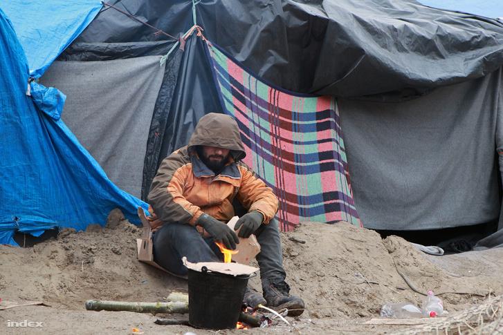Menekült férfi a röszkei tranzitzónában 2016 decemberében