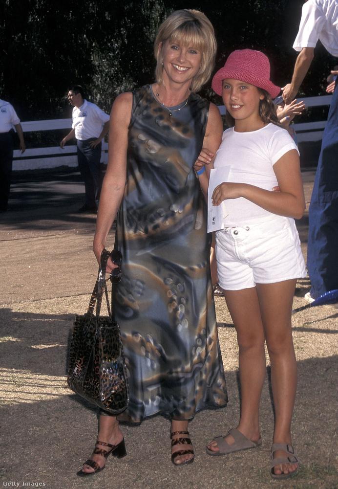 Most nézze meg jól ezt a helyes 11 éves kislányt Olivia Newton-John mellett, mert róla lesz szó
