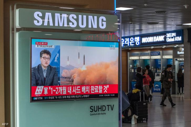 Észak-Koreai rakéta kilővéseket mutat a szöuli televizió 2017. március 7-én