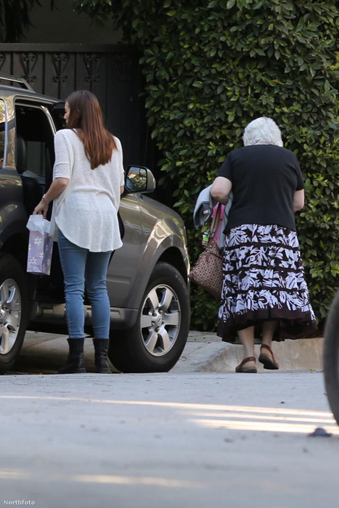 Ha ön tudja, melyikük nagymamájának hátát látja épp, akkor ezúton is gratulálunk!
