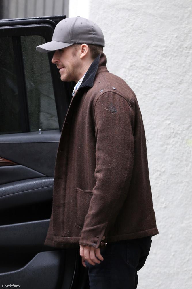 Ryan Gosling alighanem a színésznővel közös két gyerekét ellenőrzi az autó hátsó ülésén