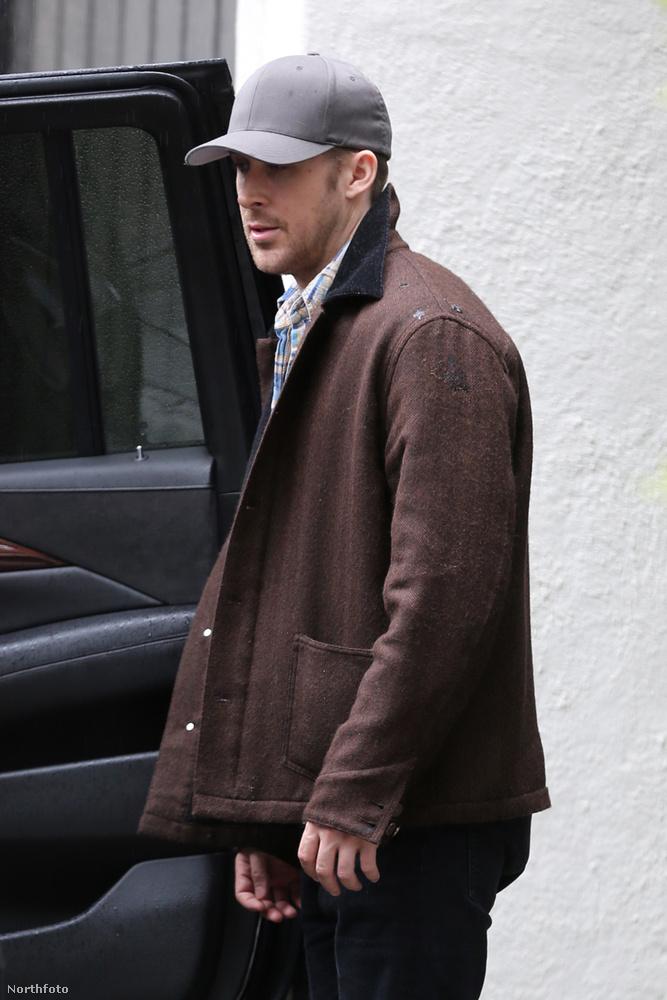 Ryan Gosling ügyesen próbál elrejtőzni a sildes sapka árnyékában, a nyitott kocsiajtónál