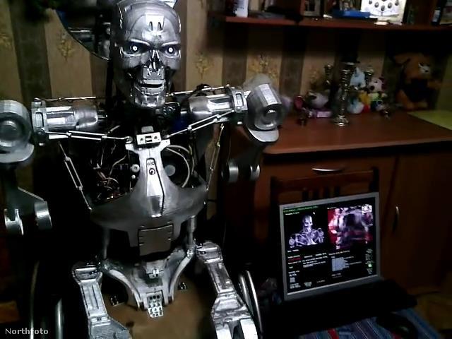 A robot szinte teljesen úgy néz ki, mint az eredeti T-800-as modell -  annyi a különbség, hogy Henry lábak nélkül jött világra