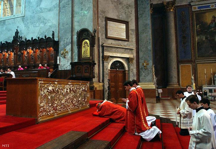 Erdő Péter bíboros prímás esztergom-budapesti érsek leborul a kereszt előtt a nagypénteki szertartáson az esztergomi bazilikában.
