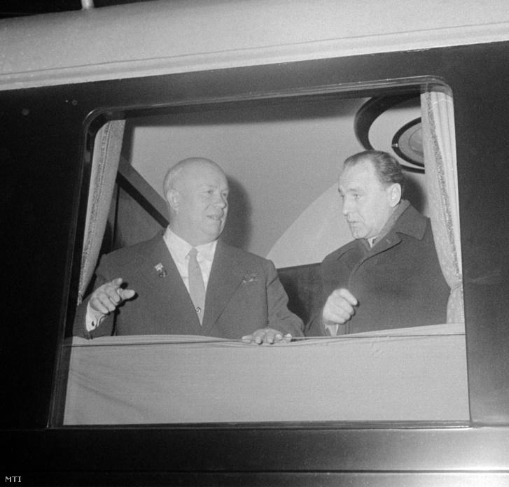 Nyikita Hruscsov és Kádár János 1959 decemberében Budapesten. Hruscsov eddigre már elengedte Rákosi kezét, és egyértelműen Kádár mellett állt.