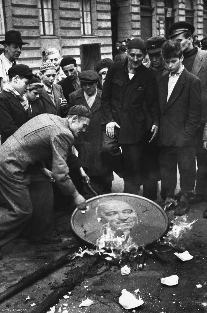 Forradalmárok Rákosi-képet égetnek 1956-ban Budapest utcáin