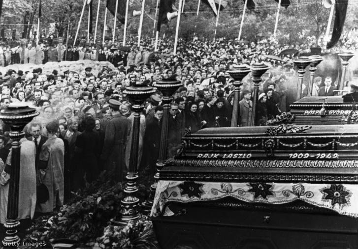 A gyászoló tömeg elvonul a ravatal előtt Rajk László, Pálffy György, dr. Szőnyi Tibor és Szalai András újratemetésén a Kerepesi temetőben 1956. október 6-án.