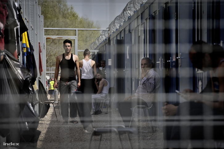 Menekültek a röszkei tranzitzónában 2016 április 9-én