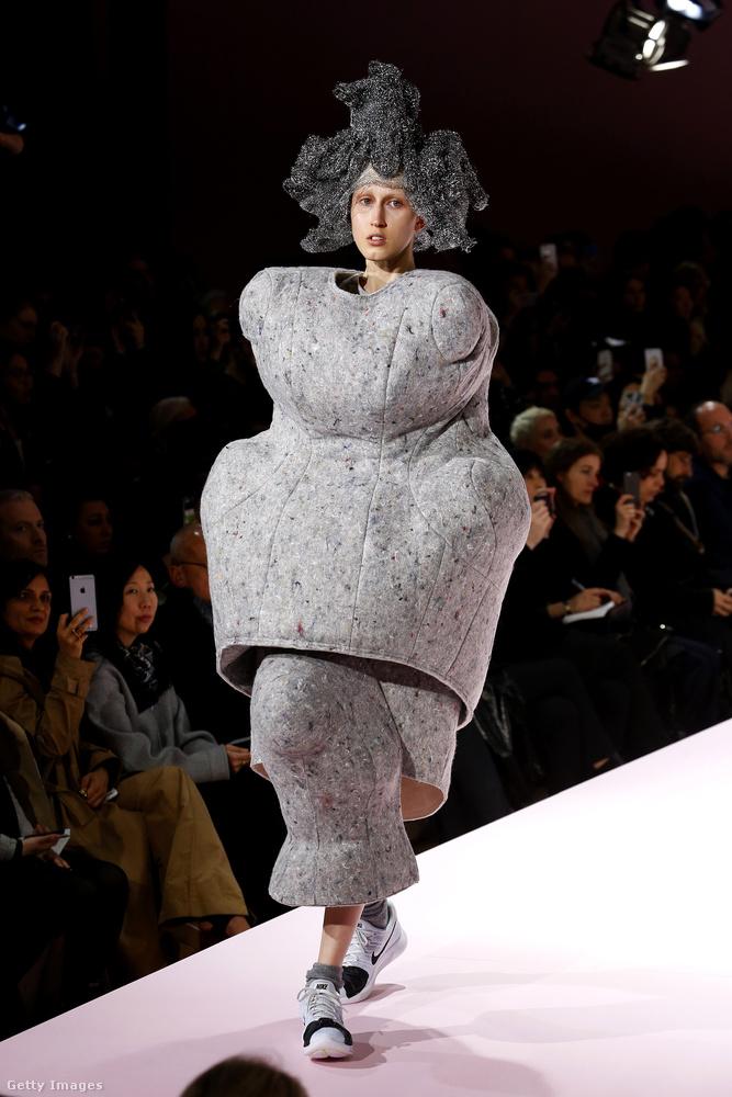 Ő is a Comme des Garcons modellje, neki azonban ikeás ülőgarnitúra huzatával gyűlt meg a baja.