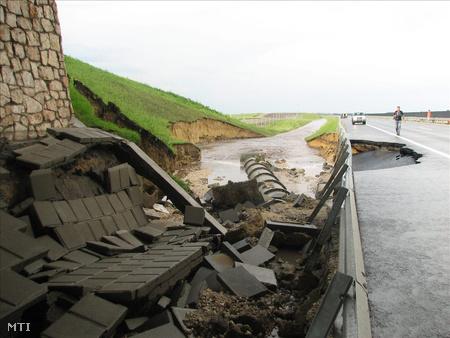 Az M6-os autópálya leszakadt leállósávja a Tolna megyei Tengelic közelében
