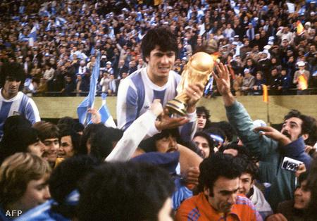 A csapatkapitány, Daniel Passarella a kupával