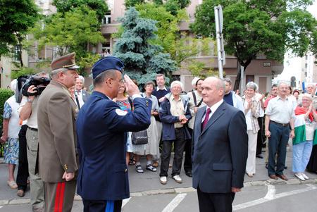 Az új honvédelmi minisztert katonai tiszteletadás mellett Tömböl László mérnök vezérezredes, a HM Honvéd Vezérkar főnöke fogadta a Honvédelmi Minisztériumban.