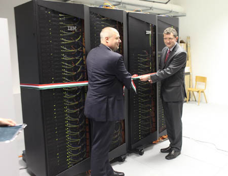 Az OMSZ és az IBM képviselői bekapcsolják a gépet