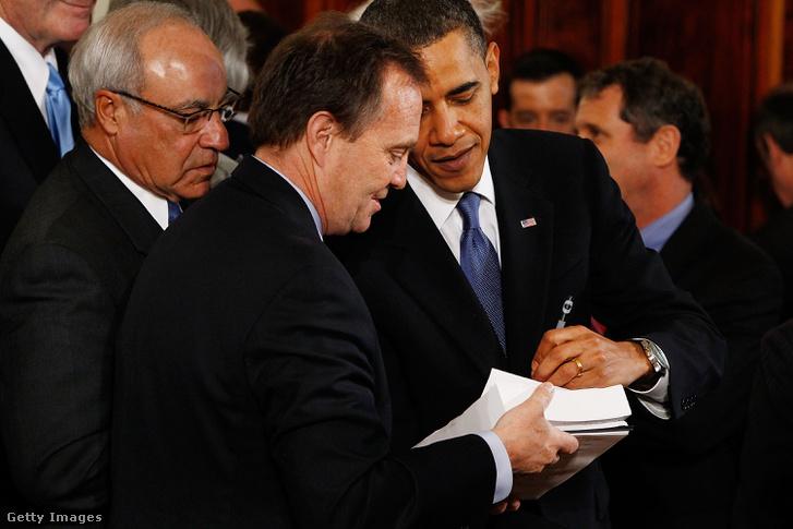 Az Obamacare néven elhíresült egészségügyi reform aláírása 2010-ben.