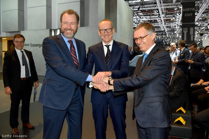 GM elnök Dan Ammann, Opel vezér Karl-Thomas Neumann és a PSA vezetője Carlos Tavares