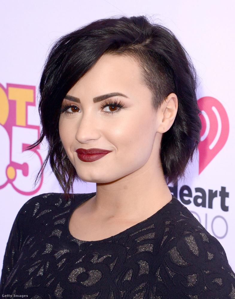 Demi Lovato haja ugyan kicsit más, de itt is megvan a határozott oldalra fésülés