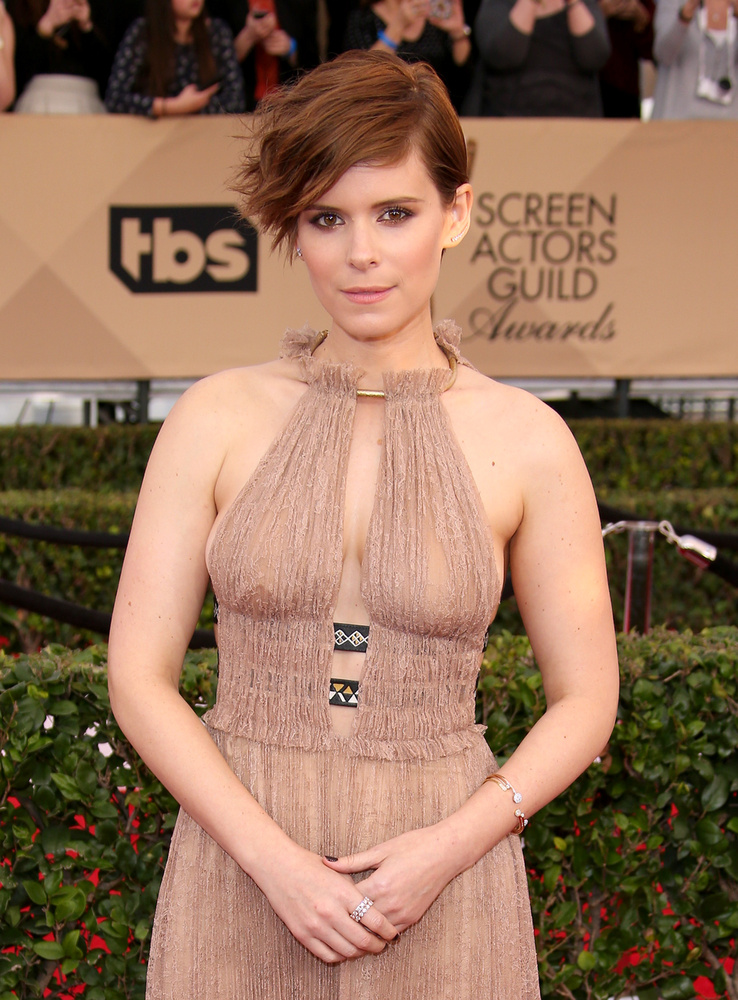 A fantasztikus négyes című film egyik szereplője, Kate Mara is egy időben félhosszú, oldalra választott hajkölteményt választott magának.