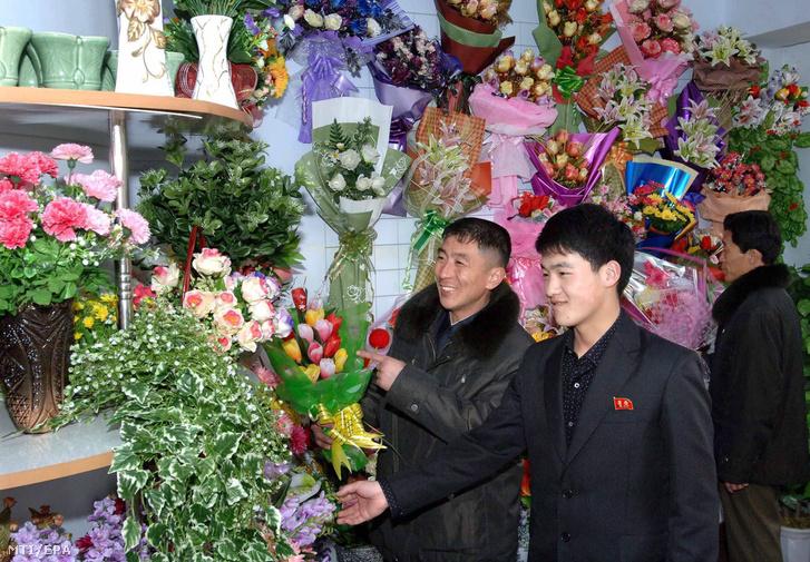 Nemzetközi nőnap Észak-Koreában. (Virág helyett elég lenne egyenlőnek tekintenia másikat kortól és nemtől függetlenül)
