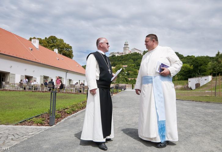 Két pap beszélget a Pannonhalmi Apátsági Major Látogatóközpontban.