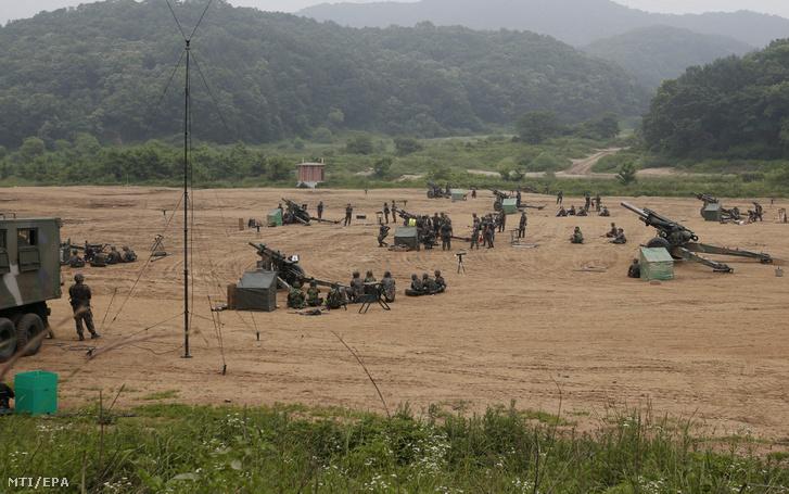Dél-koreai katonák gyakorlatoznak a két Koreát elválasztó panmindzsoni demilitarizált övezet mellett fekvõ Padzsu gyakorlóterén 2016. június 22-én.