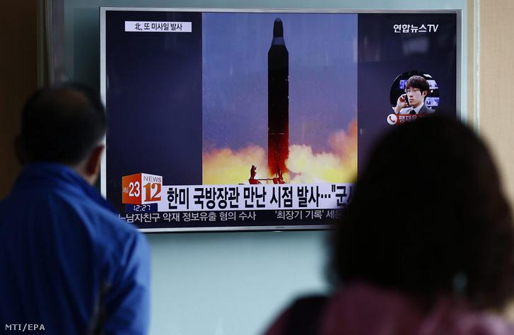 Egy észak-koreai ballisztikus rakéta kilövéséről szóló televíziós híradást néznek dél-koreaiak egy szöuli vasútállomáson 2016. október 20-án.