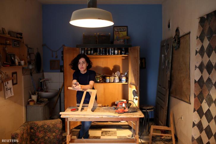 Lejla Selimovic (34) bútorrestaurátor a boszniai műhelyében.
