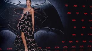 A Wonder Womant alakító Gal Gadot hasa szépen kerekedik
