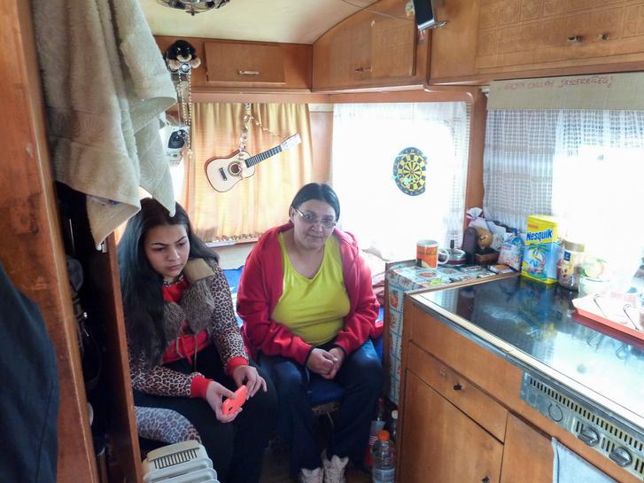 Élet a lakókocsiban. Csillának, lányának és férjének ez jelenti most a budapesti otthont