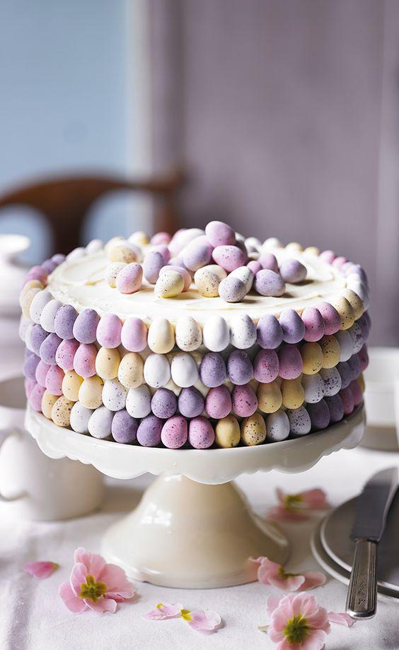 A képen látható gyönyörű torta alapja egy egyszerű joghurttorta, amely egy fehér csokis tölteléket és bevonatot kapott. Ez 150 gramm fehér csokoládéból, 250 gramm kristálycukorból és 250 gramm margarinból áll. Bár az íze utánozhatatlan, a dekoráció viszi a prímet. Marcipánból magad is megformázhatod, de cukrászati vagy édességboltokban készen is megveheted.