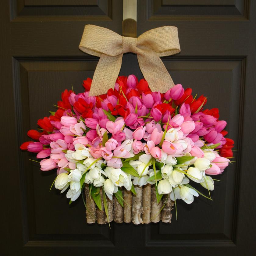 Színpompás tulipánokból bármelyik ajtódra nagyszerű díszt készíthetsz. Lógass fel egy masnival átkötött kosárkát, amibe tűzőhabot teszel: tarka színével szinte bármilyen egyszerű vagy sötét hátteret élettel telivé tesz!