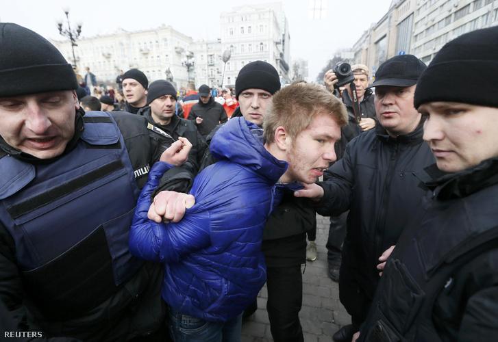 Ellentüntetőket visznek el a nőnapi rendezvényről az ukrán rendőrök Kijevben.