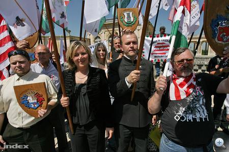 Morvai Krisztina a tömeg közepén figyelte a szónokokat, Gaudi-Nagy Tamás beszédet is mondott