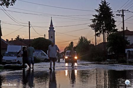 60 ház áll vízben, néhány már összedőlt