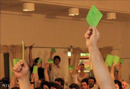 Szavaznak az LMP tagjai Balatonalmádiban