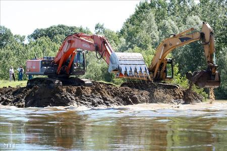 Elbontották a Tisza Bivaly-tói régi  gátat a folyó árterén épült új fővédvonal hatékonyabb működése érdekében