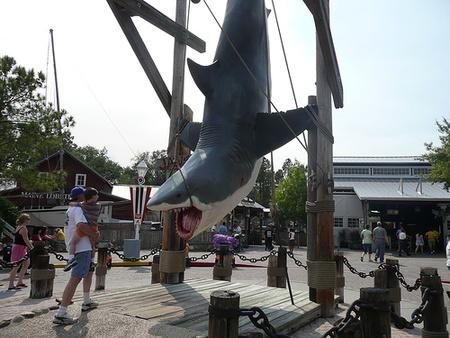 A Cápa című filmben használt egyik cápa mása a Univeral Studios vidámparkjában. (Forrás: Flickr, Bytehead)