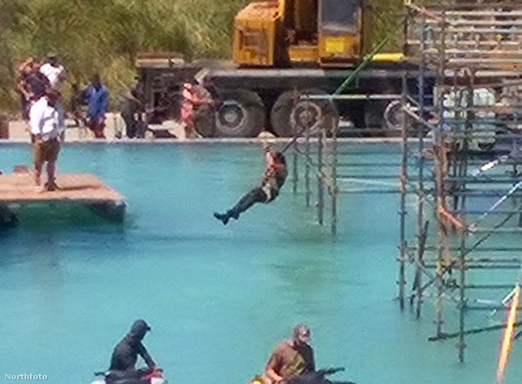 Nézze, milyen ügyesen mutatványozik a víz fölött a színésznő! Ennél közelebbi képünk ma már nem lesz, úgyhogy egyelőre ezzel kell beérnie