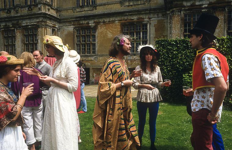 Alexander Thynn kastélyában gyakran tartott piknikeket, ez például egy napfogyatkozás parti 1987-ben.
