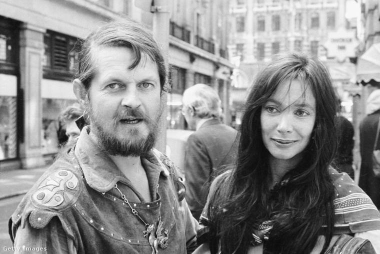Bath hetedik márkija 1975-ben Londonban, magyar származású feleségével, Anna Gaellel