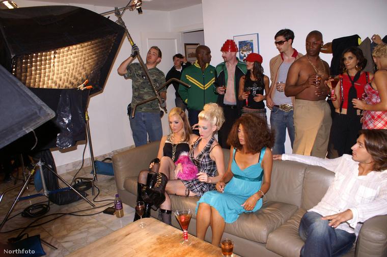 Ez pedig egy csoportkép az egyik filmforgatásról.